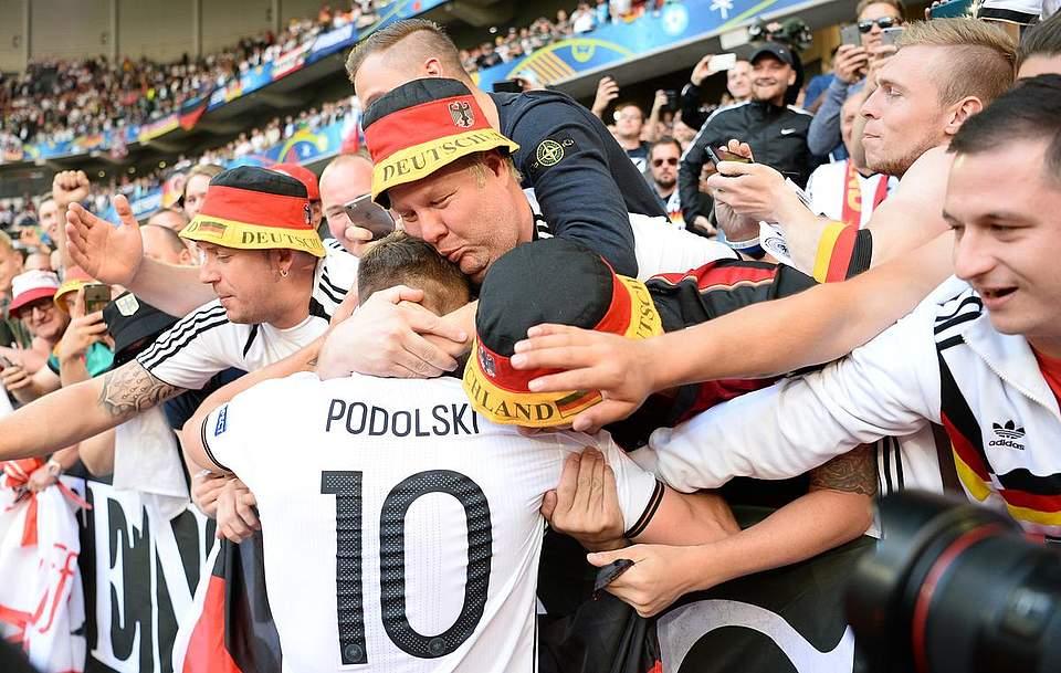 Lukas Podolski feiert mit den Fans den Einzug ins Viertelfinale. Foto: Dedert