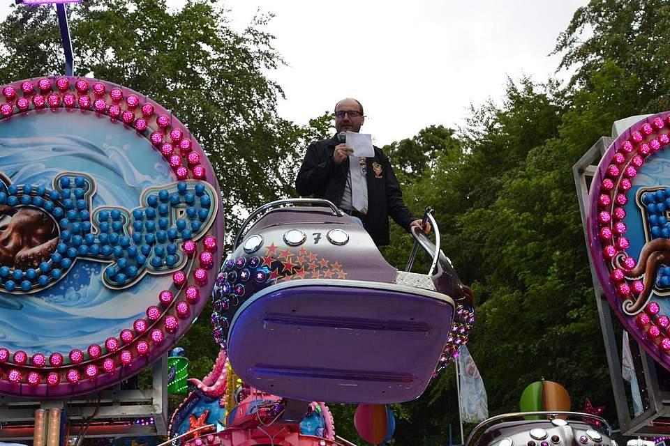 Jörg Sticken bei der Eröffnungsrede zum Pfingstfest.