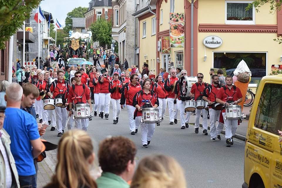 Die zweite Livegruppe: Der Weddingstedter Musikzug. Foto: Büsing