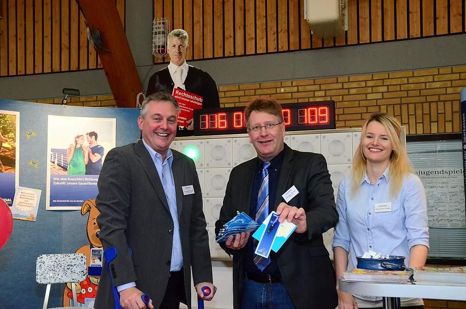 Parkschein gefällig? Thorsten Pfahler (von links), Michael Werner und Insa Kristin Pfahler von der Provinzial.