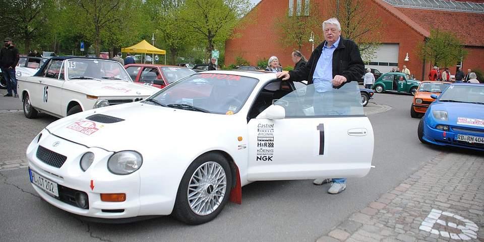 Wolfgang Herring neben seinem Toyota, mit dem baugleichen Modell wurde 1995 die Korsika-Rallye gewonnen.
