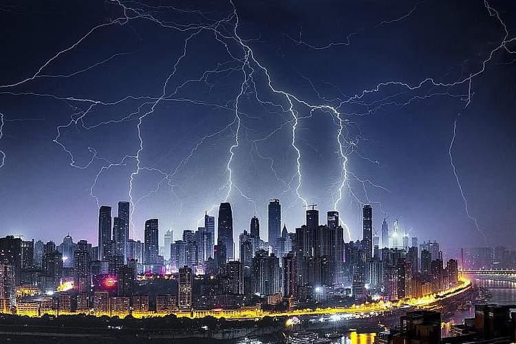 Während eines Gewitters wird der Himmel über der chinesischen Millionenmetropole Chongqing von Blitzen erhellt. Foto: Zhou Zhiyong/SIPA Asia via ZUMA Wire