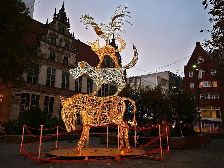 Die Bremer Stadtmusikanten stehen als Lichtinstallation auf dem Ansgarikirchhof in Bremen. Die Installation ist rund sechseinhalb Meter hoch und wird durch etwa 8000 LED-Lampen zum Strahlen gebracht. Foto: Carmen Jaspersen/dpa