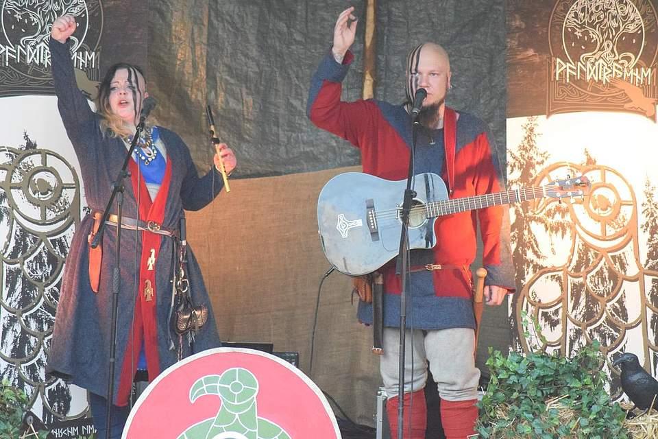 """Waldtraene ruft """"Odin"""" - das Publikum soll es ihnen nachmachen. Foto: Büsing"""