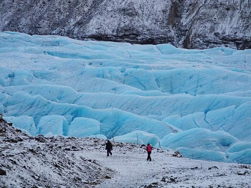 Der Skaftafellsjökull-Gletscher in Island besticht durch seine markante blaue Farbe. Er gehört zum Vatnajökull-Nationalpark im Süden der Insel. Owen Humphreys/PA Wire Foto: Owen Humphreys