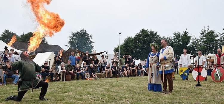 Grüße für eine heiße Ehe: Nach dem Trauzeremoniell gibt es eine Feuershow für das heidnische Paar. Foto: Büsing