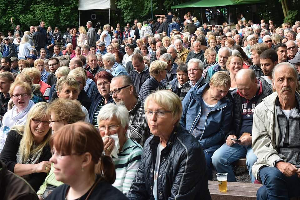 Vor dem Konzert füllt sich der Papenbusch. Foto: Büsing