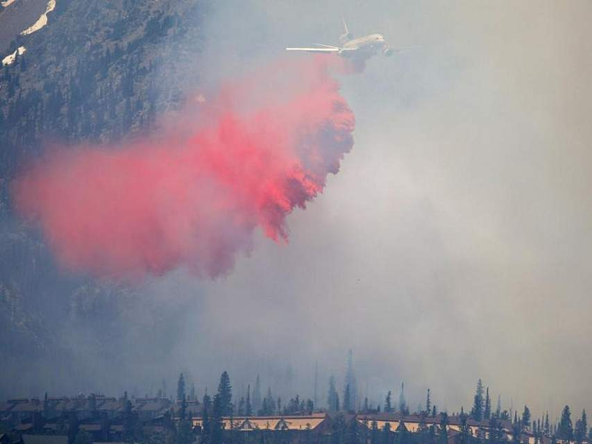 Spektakulärer Kampf gegen die Flammen im US-Bundesstaat Colorado: Ein riesiges Löschflugzeug bekämpft einen Waldbrand. Foto: Hugh Carey/Summit Daily News via AP