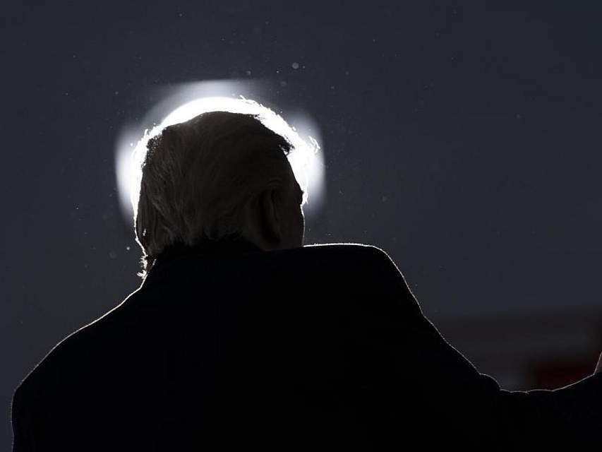 US-Präsident Donald Trump spricht während einer Wahlkampfkundgebung auf dem Flughafen von Muskegon County im US-Bundesstaat Michigan. Foto: Alex Brandon/AP/dpa