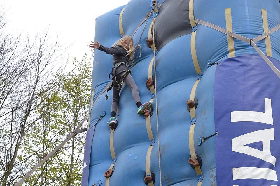 Kinder in Bewegung: Pia Kühl erklimmt die Kletterwand.