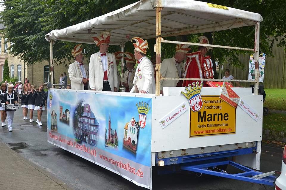 Fantasievolle Wagen, Gruppen, kraftvolle Musik und viele Passanten auf der Jagd nach Bonbons bestimmen den Festumzug.