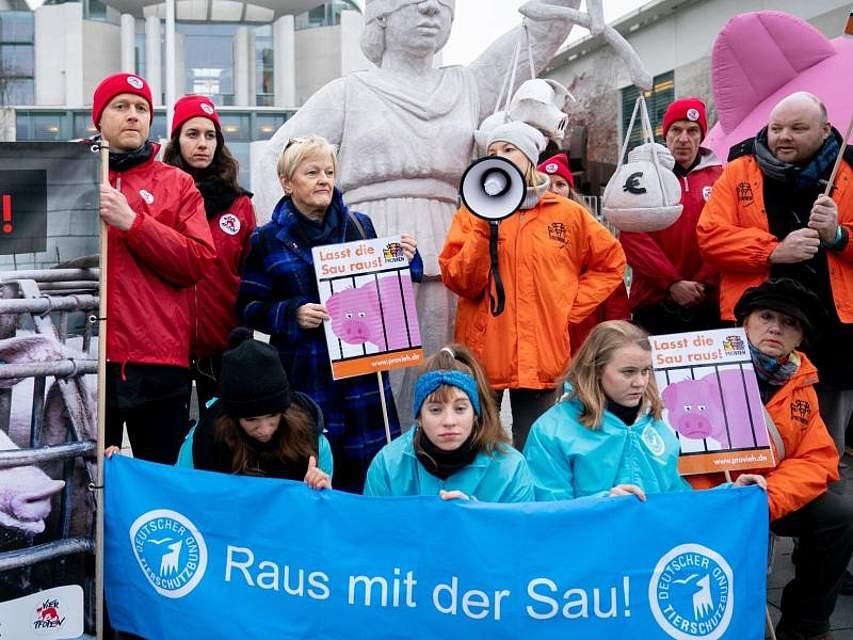 """Im Kanzleramt findet der sogenannte """"Agrargipfel"""" statt. Eine Gruppe Tierschützer protestiert gegen schlechte Zustände bei der Haltung von Tieren. Unter den Demonstranten ist auch die Grünen-Bundestagsabgeordnete Renate Künast. Foto: Kay Nietfeld/dpa"""