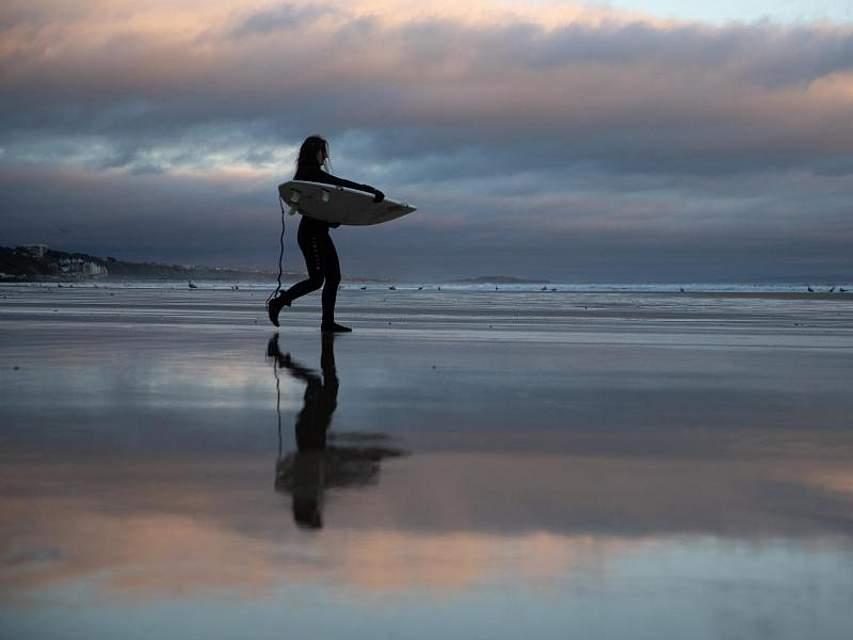 Auch imWinter geht diese Surgerin ihrer Leidenschaft nach und nimmt amStrand von Bournemouth an der Südküste Englands ein paar Wellen. Foto: Andrew Matthews/PA Wire/dpa