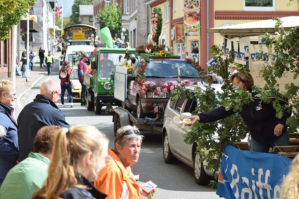 Ein Höhepunkt bei jedem Volksfest: Der Umzug durchs Dorf am Sonnabend. Foto: Büsing
