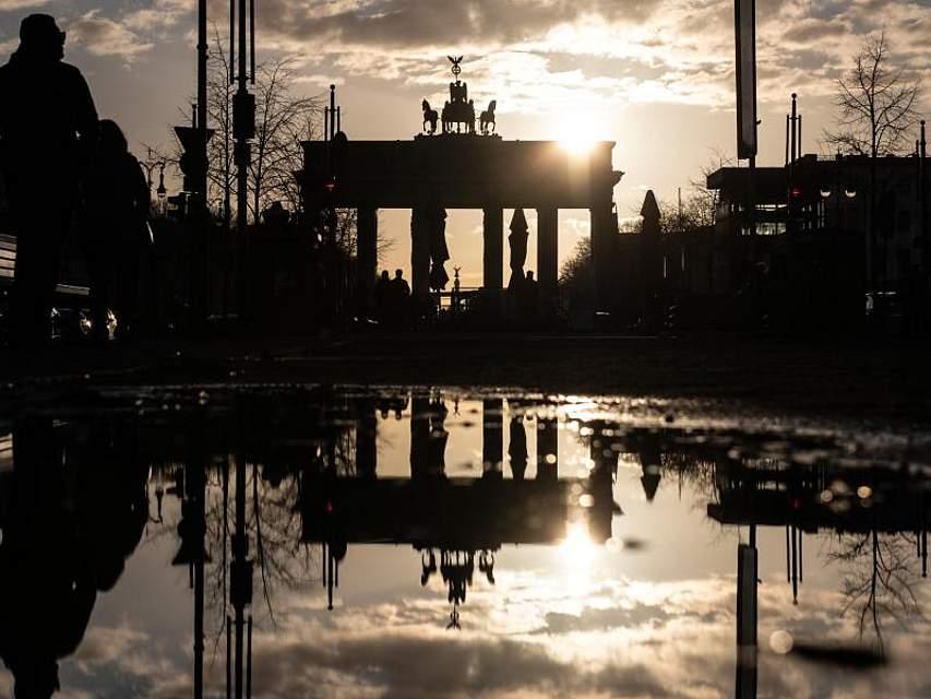 Hinter dem Brandenburger Tor in Berlin geht die Sonne unter. Foto: Paul Zinken