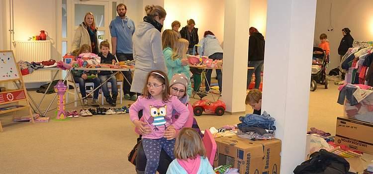 Spielsachen, die man als Schulkind nicht mehr braucht, oder Kleider, die nicht mehr passen: Beim Flohmarkt der Grundschule gibt es einiges zu entdecken.