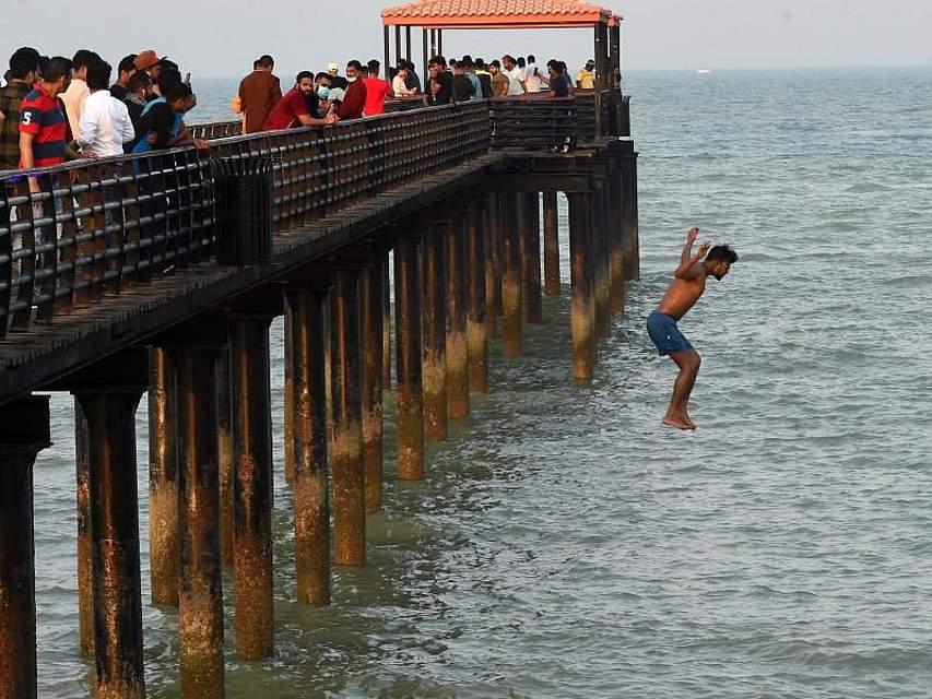 Menschen in Kuwait genießen den Tag am Strand während des islamischen Eid Al Adha-Festes. Foto: Asad/XinHua/dpa